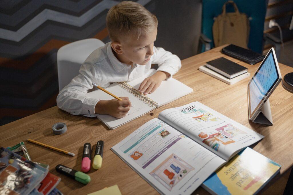 anak sedang belajar